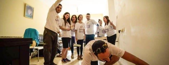 מתנדבי החברה הערבית עוזרים לצבוע בתיהם של ניצולי שואה