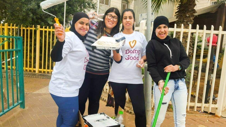 arabs-volunteering-holocaust-survivers-paiting-houses