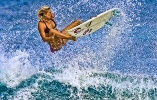 הגולשת מהוואי בעלת הזרוע האחת עושה היסטוריה